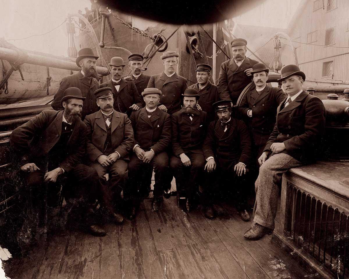 """1910年,""""前进号""""载着阿蒙森的团队前往南极,使后者成为首批到达南极点"""